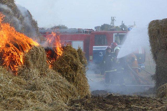 Кузбассовец вотместку заувольнение сжег 120 рулонов сена