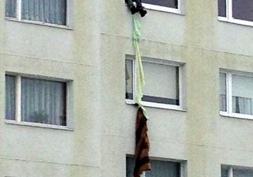 Новокузнечанка упала с 3-го этажа, спускаясь попростыням изокна