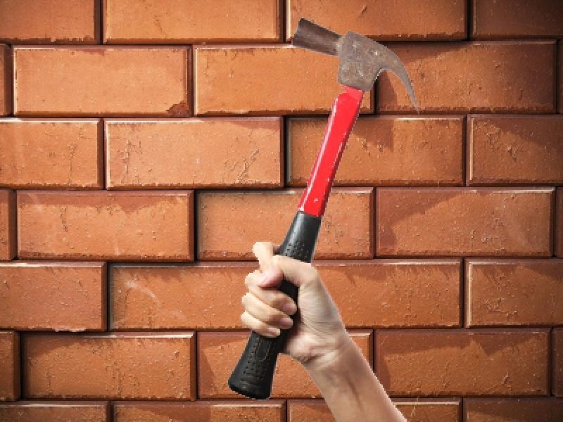 Гражданин Кемерова проломил кирпичную стену иограбил магазин