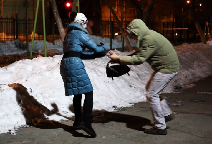 ВКузбассе мужчина ограбил женщину, проводив додома