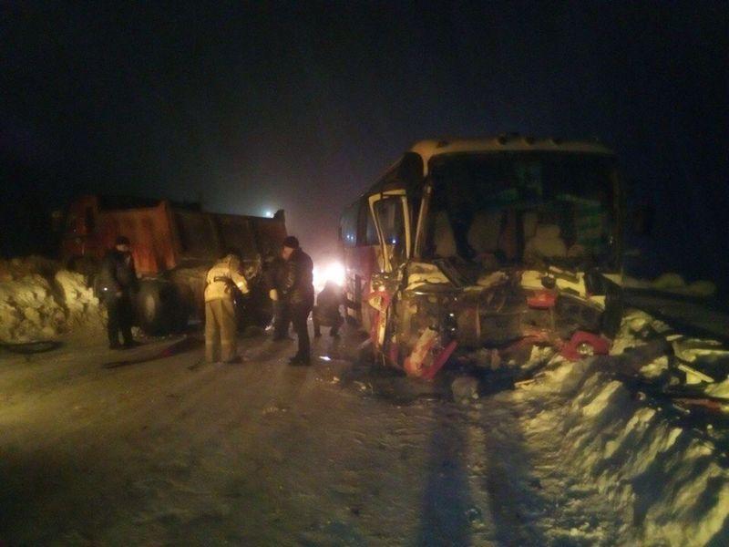 ВКузбассе вахтовый автобус несмог разъехаться сКАМАЗом: пострадали трое