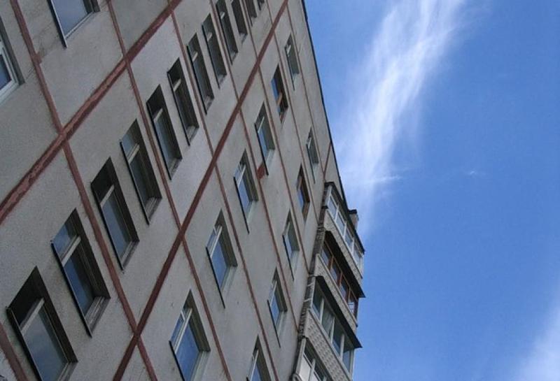 Кемеровчанин выпал сбалкона шестого этажа и умер