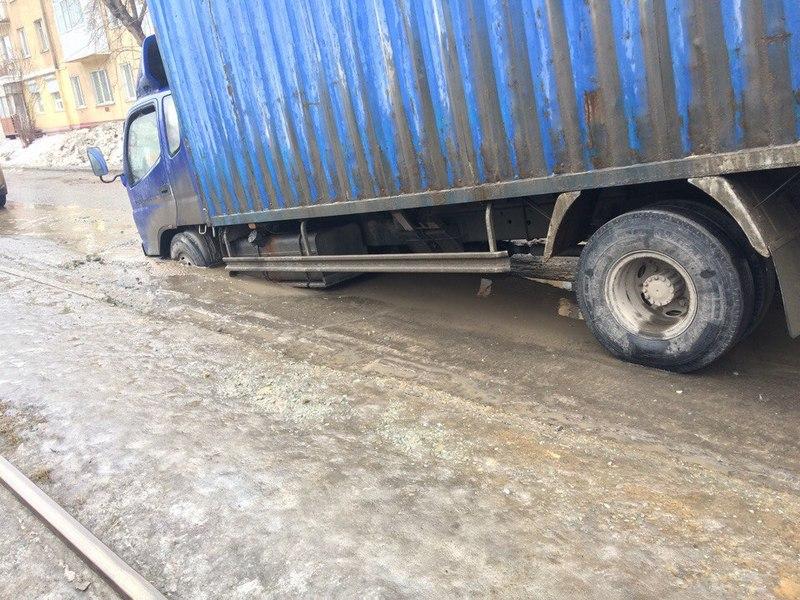 ВКемерове фургон ушел вяму под асфальт