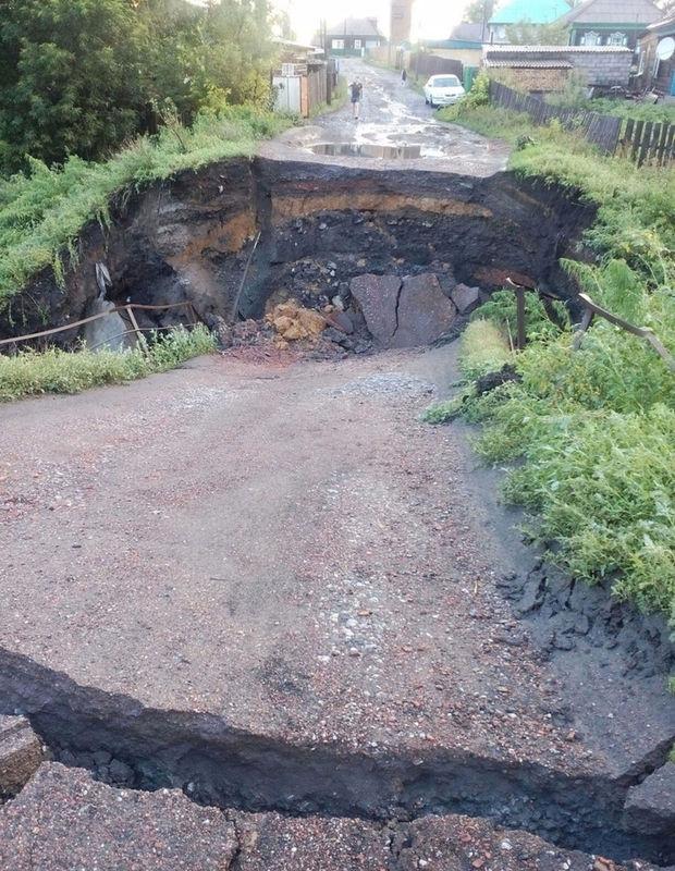 Самодельный мост обрушился после ливней впригороде Белово