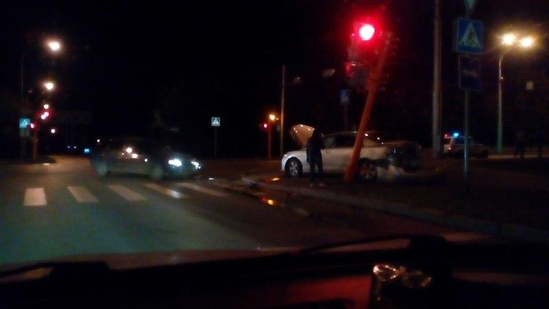 Ночью вцентре Кемерова вДТП снесли светофор