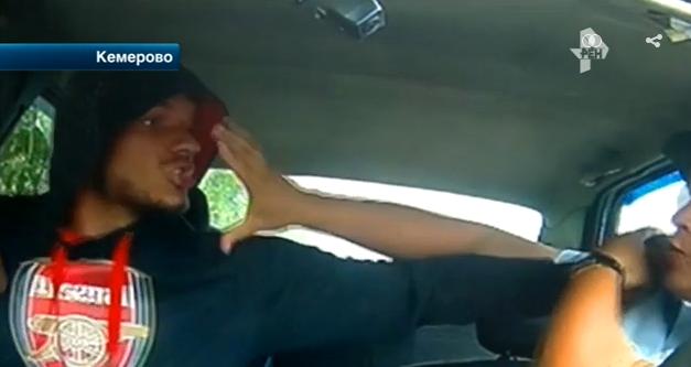 Нетрезвый пассажир без штанов чуть неоткусил ухо кемеровскому полицейскому