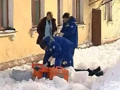 ВБелове пенсионерку убил лед, упавший скрыши девятого этажа