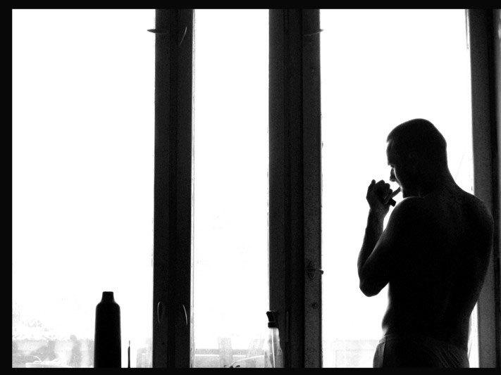 черно белое фото мужчина у окна верх