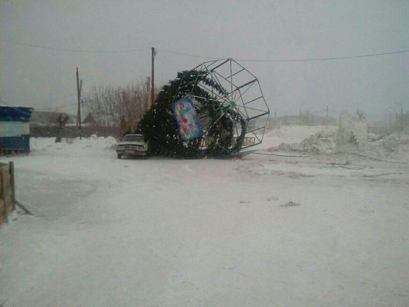 Сильный ветер уронил главную новогоднюю ёлку Мариинска