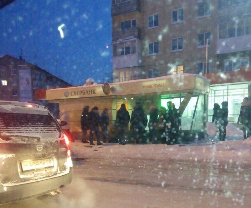 ВКемерово БМВ X6 снес автобусную остановку