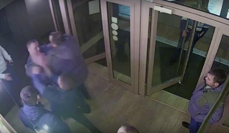 Накорпоративе популярной новокузнецкой компании в«тамбуре» ресторана произошла жестокая массовая драка
