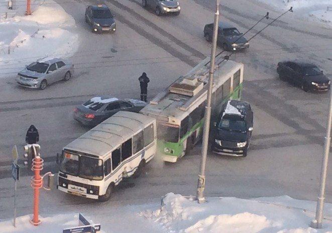 ВДТП строллейбусом имаршруткой вКемерове пострадали трое
