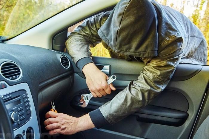 ВКузбассе неизвестный обокрал машину автоледи, пока она очищала отснега стекла