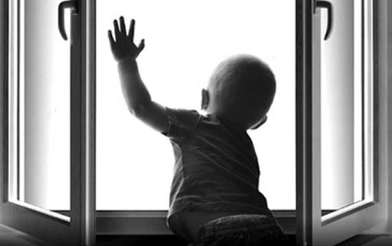 Пятилетний кемеровчанин чуть невышел наулицу через окно 3-го этажа