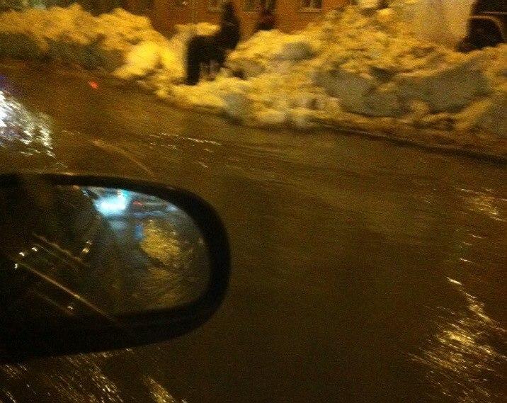 ВКемерове прорвало трубу напроезжей части: создалась огромная пробка