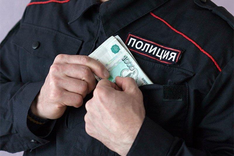 ВКузбассе экс-полицейского оштрафовали на600 тыс. за«крышевание» торговца спиртным