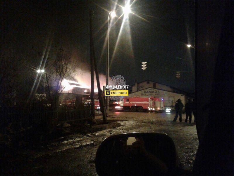 Вечером наулице Сибиряков-Гвардейцев вКемерове горел автомагазин