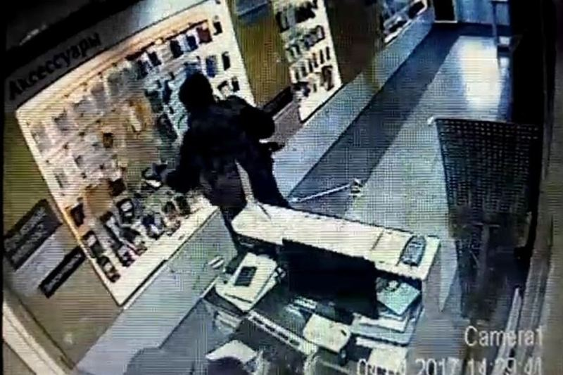 ВБерезовском мужчина разгромил салон мобильной связи из-за 13 руб.