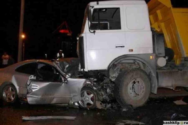 Шофёр ВАЗа умер влобовом ДТП сфурой натрассе вКузбассе