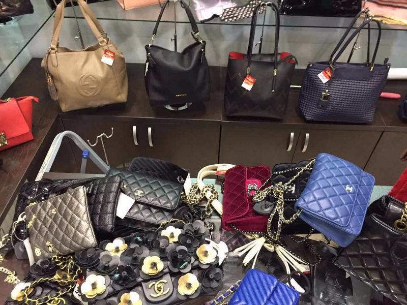 Вкемеровском магазине продавали поддельные сумочки Chanel иLouis Vuitton