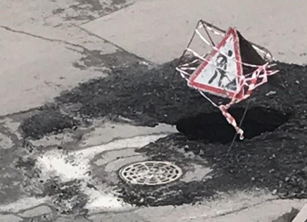 Надороге вКемерово провалился асфальт Разлом произошел врайоне канализационного люка