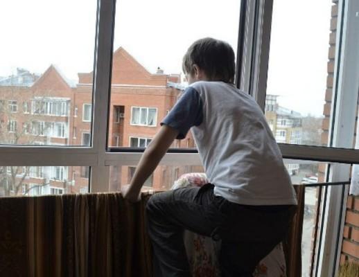 Девятилетний ребенок выпал изокна 3-го этажа