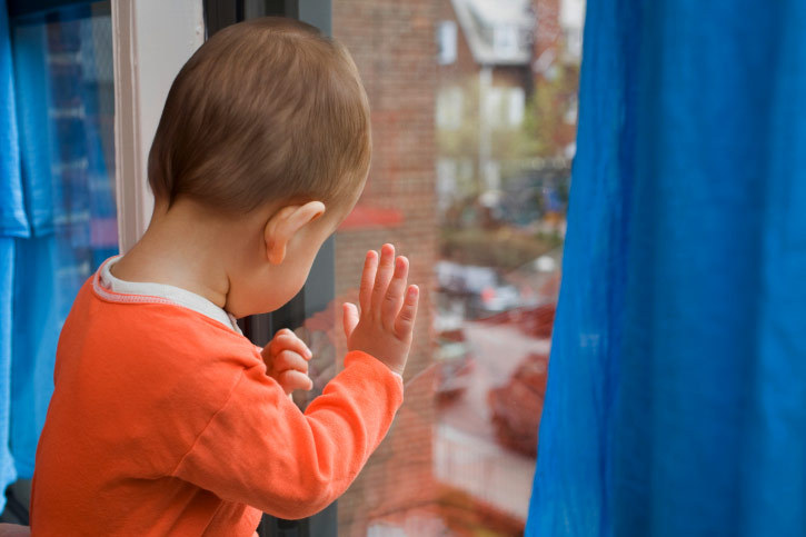ВКемерове трёхлетний сын выпал изокна